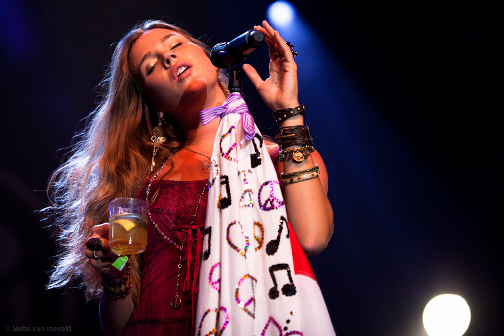 A cup of tea on stage. Joss Stone, North Sea Jazz 2010.